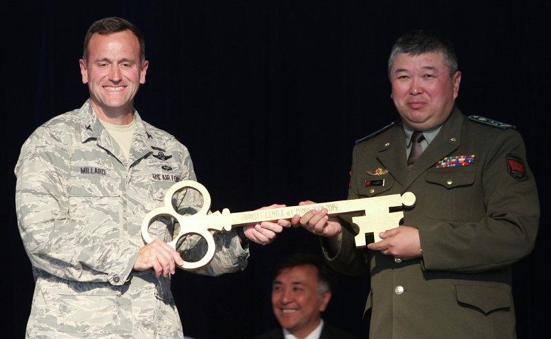Джон Миллард передает символический ключ от авиабазы Манас Замиру Суеркулову