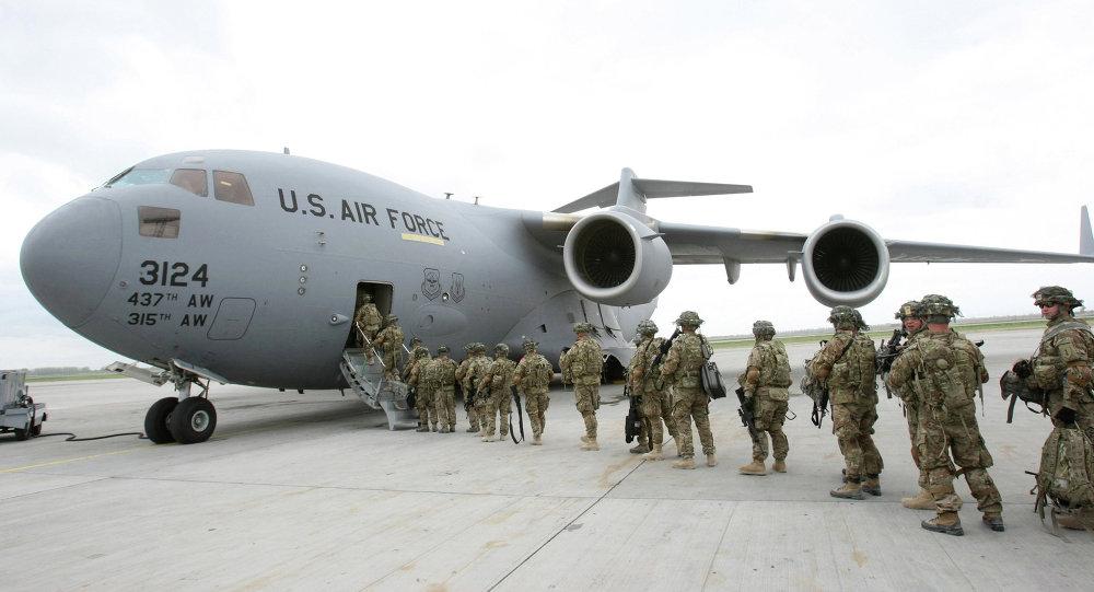 Американские военнослужащие у транспортного самолета перед отправкой в Афганистан в аэропорту Манас. Фото из архива.