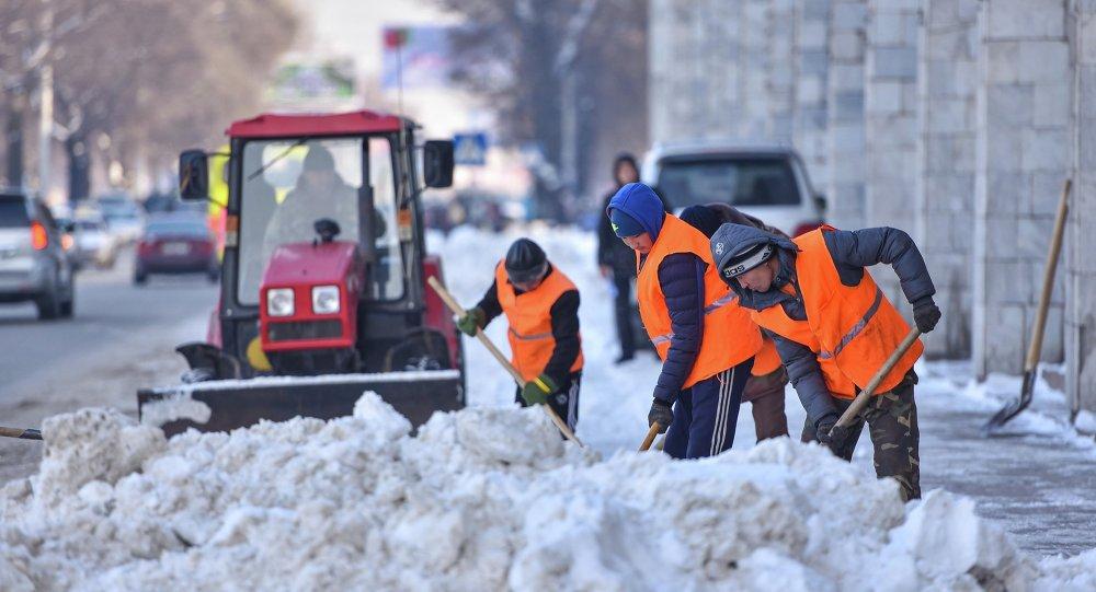 Сотрудники МП Тазалык убирают снег на центральной площади города Бишкек