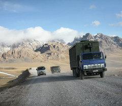 Автомобили на пункте таможенного контроля Иркештам-автодорожный, расположенного вблизи китайско-кыргызской границы в Кыргызстане. Архивное фото