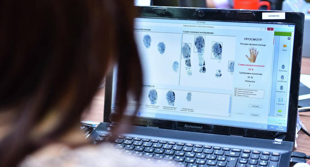 Сотрудник ГРС принимает биометрические данные у граждан