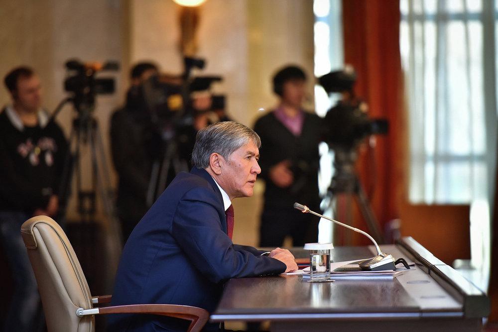 Алмазбек Атамбаев начал пресс-конференцию с поздравления с наступающим Новым годом.