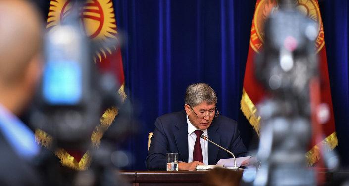 Президент Алмазбек Атамбаев пресс-конференция учурунда. Архив
