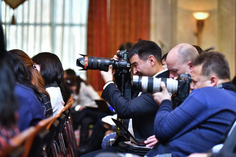 На пресс-конференцию были приглашены более ста представителей масс-медиа, в том числе и международные СМИ.
