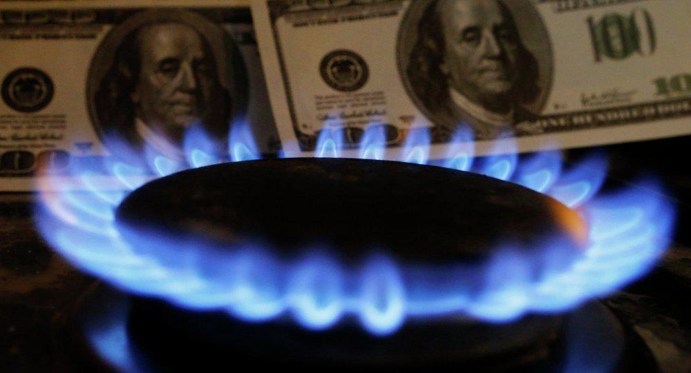 Доллары США на фоне газовой плиты. Архивное фото