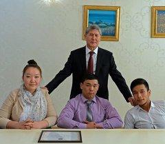Алмазбек Атамбаев встретился с участниками танцевальной группы «Тумар»