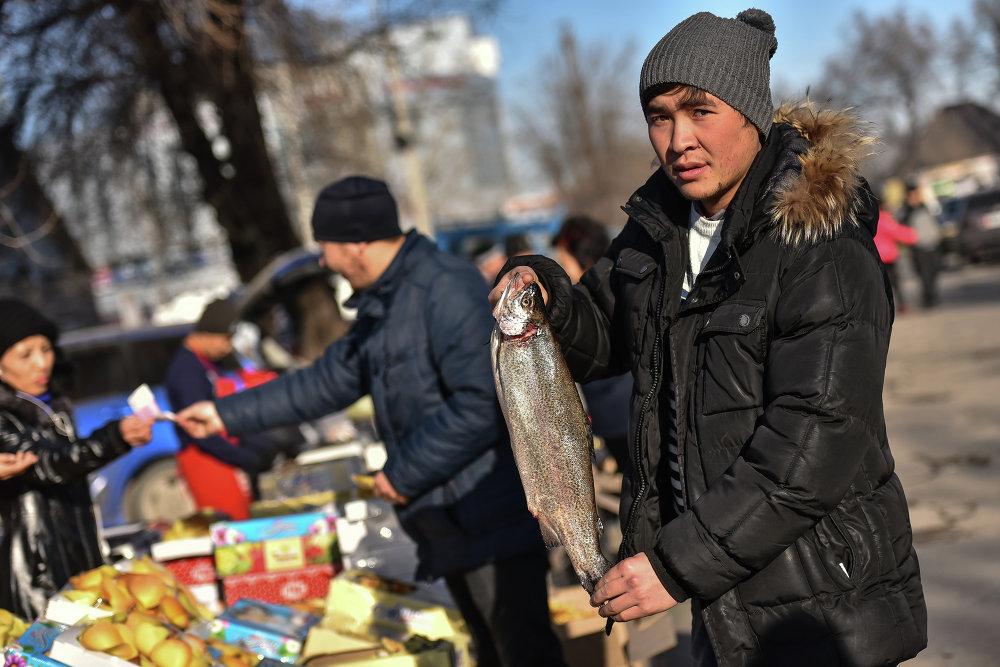 На ярмарке представлен большой выбор морепродуктов.