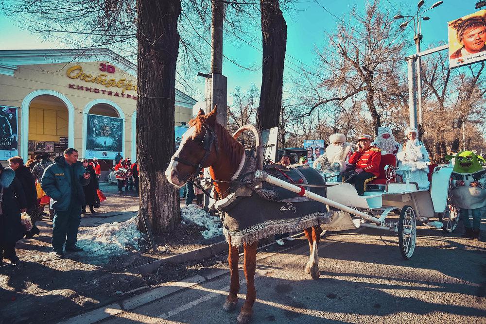 По центральной улице столицы прошло шествие Дедов Морозов.
