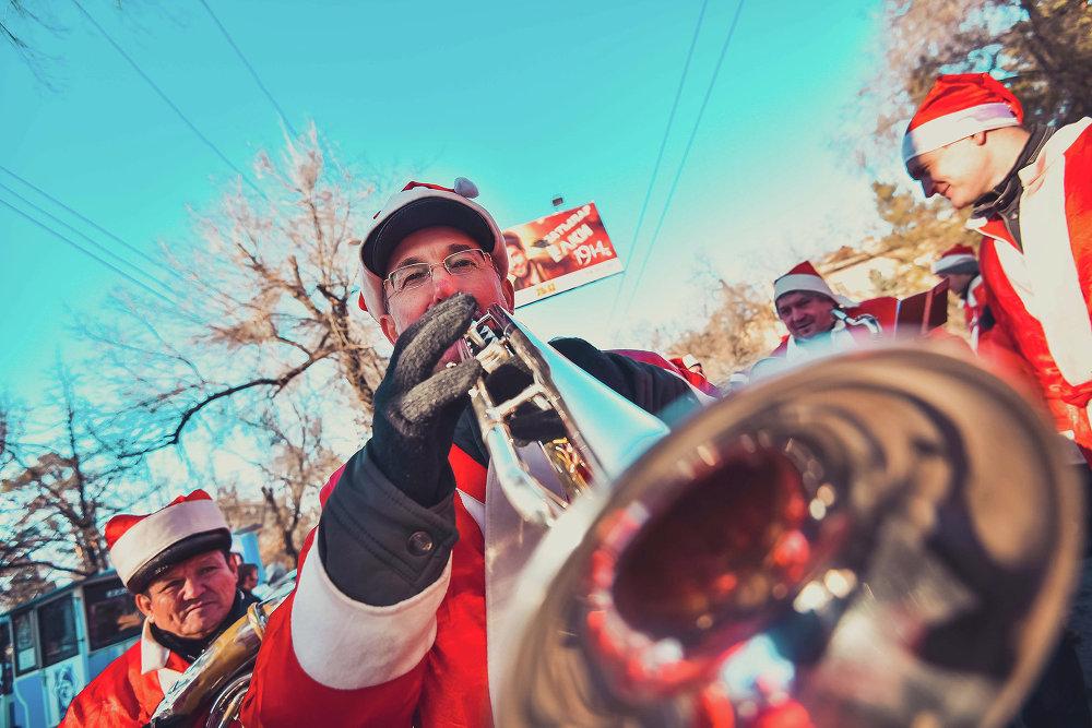 Шествие сопровождал оркестр.