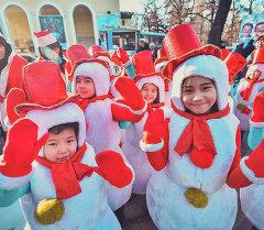 Шествие Дедов Морозов по центру Бишкека
