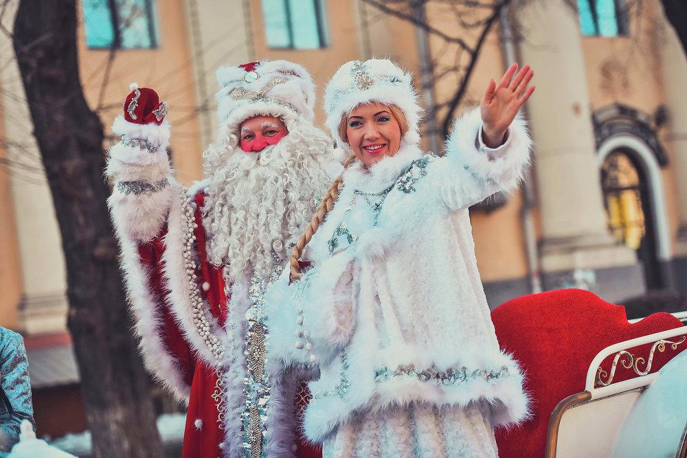 Дед Мороз и Снегурочка приветствовали горожан столицы.