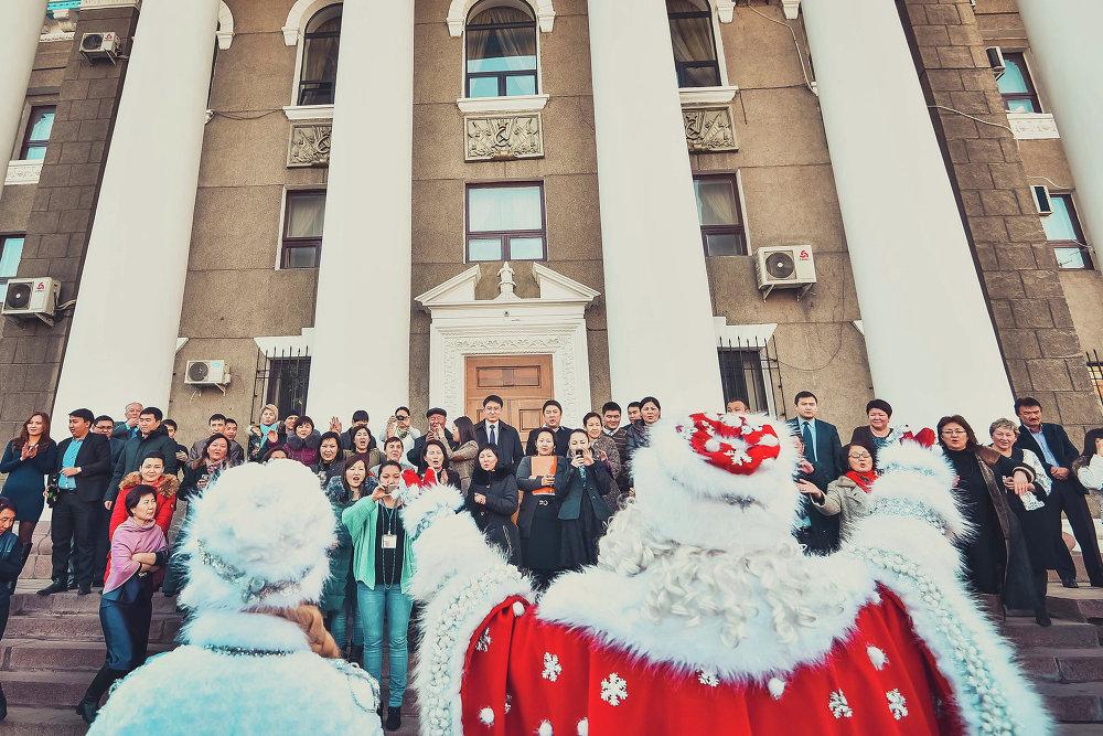 Шествие сделало привал у здания мэрии Бишкека.
