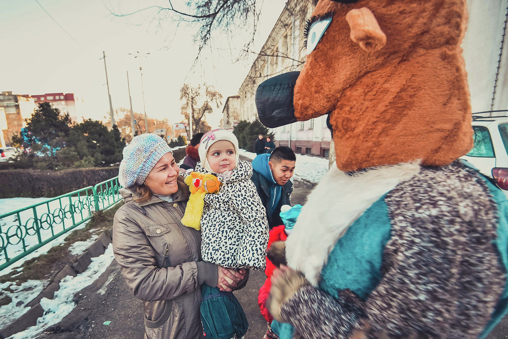 Ростовые куклы веселили прохожих.