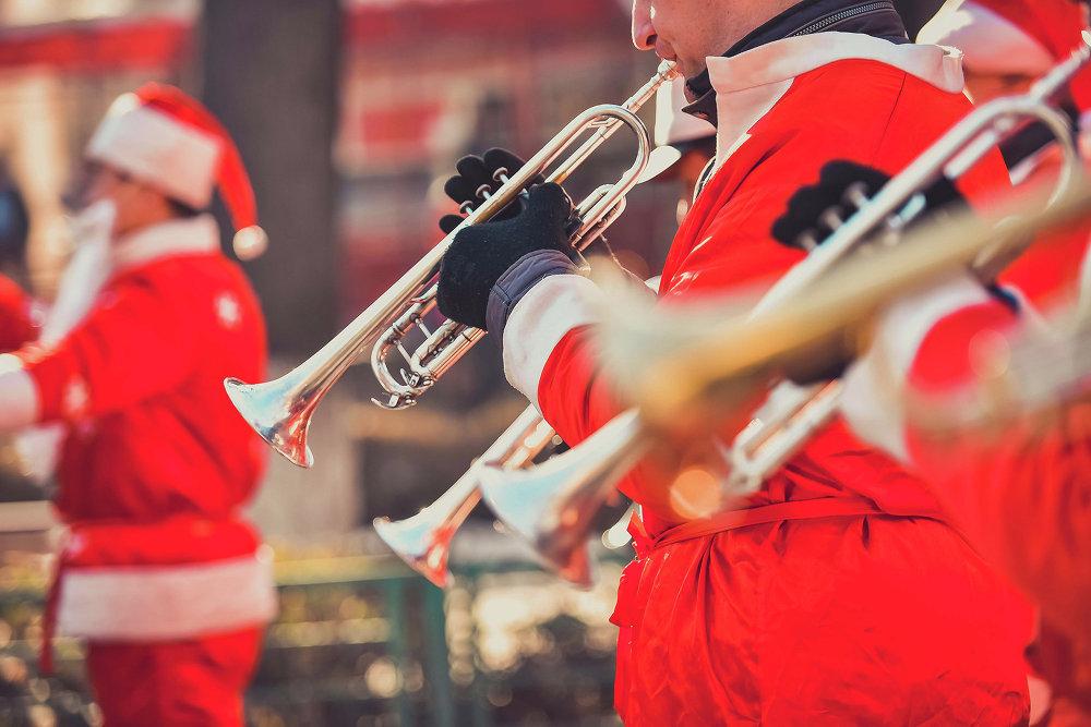 Оркестр из Санта-Клаусов играл новогодние мелодии.