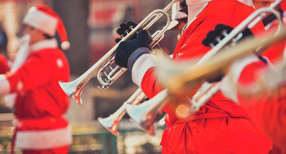 Оркестр из Санта-Клаусов на новогоднем фестивале. Архивное фото