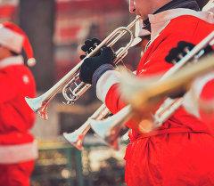 Оркестр из Санта-Клаусов в Бишкеке. Архивное фото