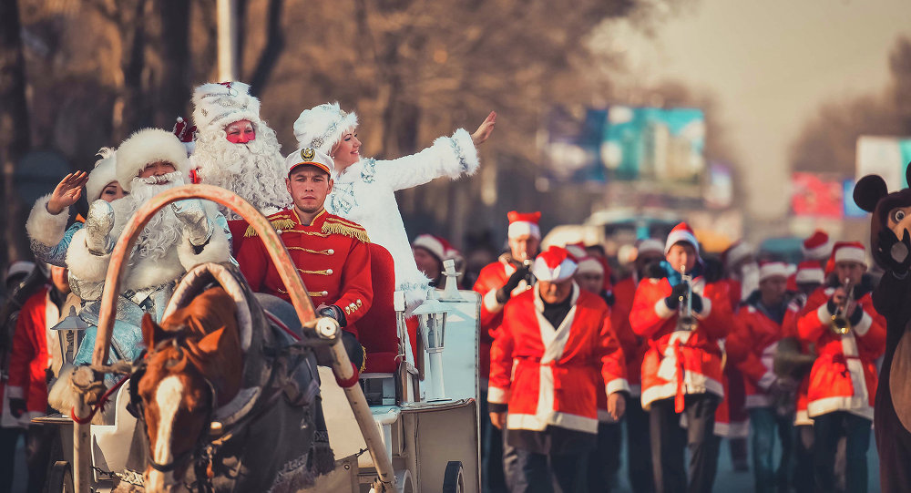 Колесница с Дедом Морозом и звук оркестра пробудили новогоднее настроение в округе.