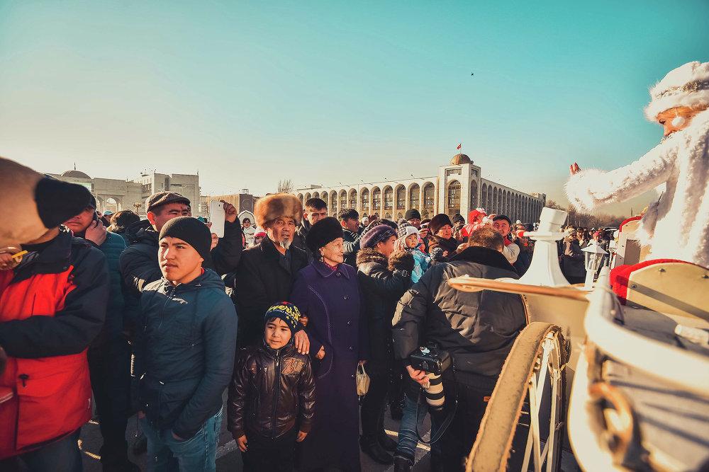 На центральной площади Ала-Тоо Дедов Морозов встретили жители столицы.