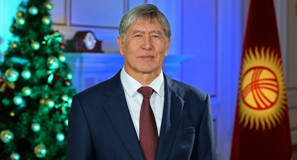 Президент Алмазбек Атамбаев поздравил кыргызстанцев с Новым 2015 годом