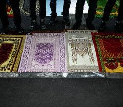Мусульмане на молитве. Архивное фото