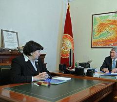Президент Алмазбек Атамбаев принял министра финансов Ольгу Лаврову