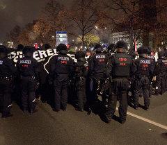 Сотрудники дрезденской полиции на акциях протеста