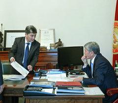 Президент Алмазбек Атамбаев принял генерального директора ГП «Национальная компания «Кыргыз темир жолу» Аргынбека Малабаева
