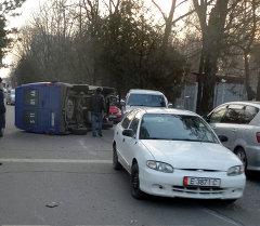 ДТП: В центре Бишкека перевернулся микроавтобус