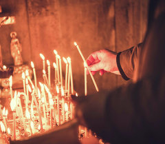 Верующий в церкви. Архивное фото