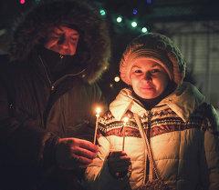 Семейная пара пришла на рождественское богослужение. Архивное фото