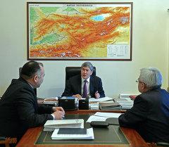 Президент Алмазбек Атамбаев принял министра энергетики и промышленности и директора Государственного агентства по регулированию ТЭК