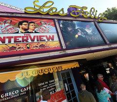Постер фильма Интервью  в одном из кинотеатров Лос-Анджелеса.