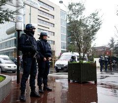 Сотрудники полиции охраняют штаб. Архивное фото