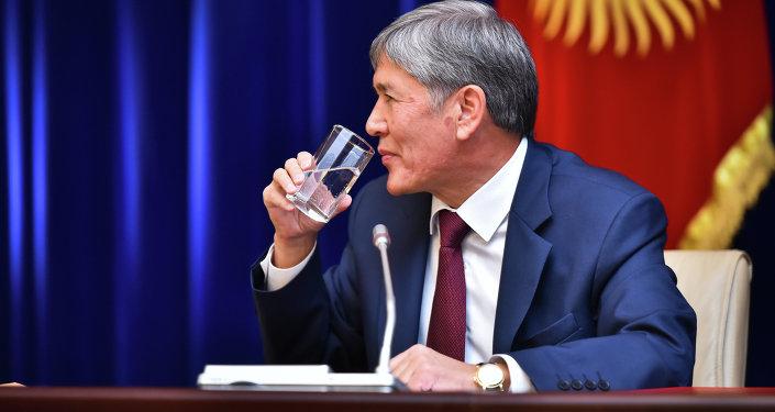 Экс-президент Алмазбек Атамбаевдин архивдик сүрөтү