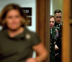 Генерал Дэвид Петреус ждет, чтобы войти в комнату во время слушания в Сенате США
