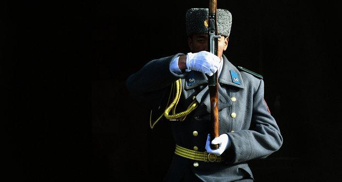 Солдат почетного караула Национальной гвардии Кыргызстана.