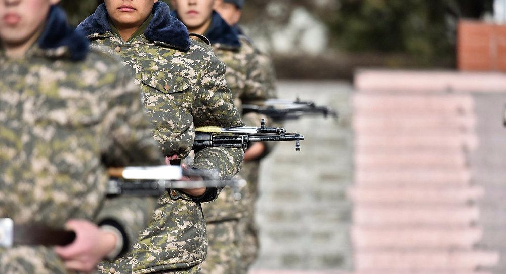 Архивное фото солдатов, которые маршируют с винтовкой за поясом