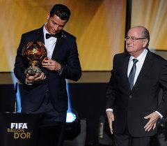Криштиану Роналду завоевал престижную футбольную награду Золотой мяч
