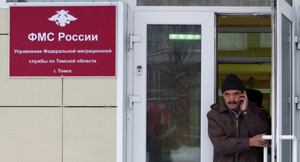 Мужчина выходит из здания ФМС России после оформления документов на работу. Архивное фото