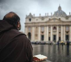 Архив: монах молится на площади в Ватикане