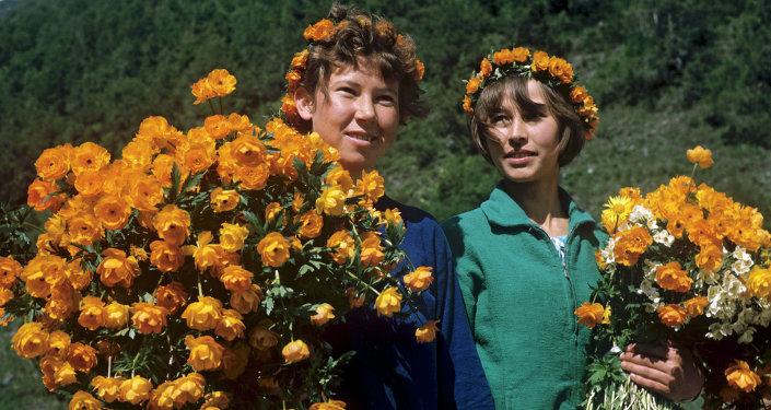 Девушки с букетами альпийских роз