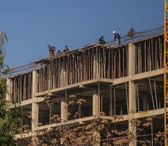 Работа строителей на высотном объекте. Архивное фото