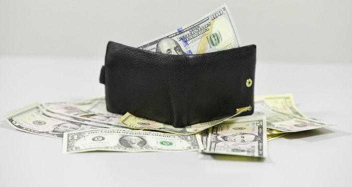 Деньги и портмоне. Архивное фото