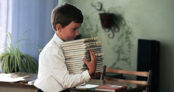 Ученик с новыми учебниками 1 сентября