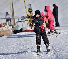 Тоо лыжа базасындагы өспүрүм баланын архивдик сүрөтү