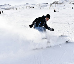 Лыжа тепкен бала. Архивдик сүрөт