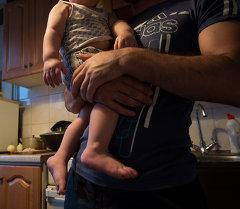 Человек с ребенком. Архивное фото