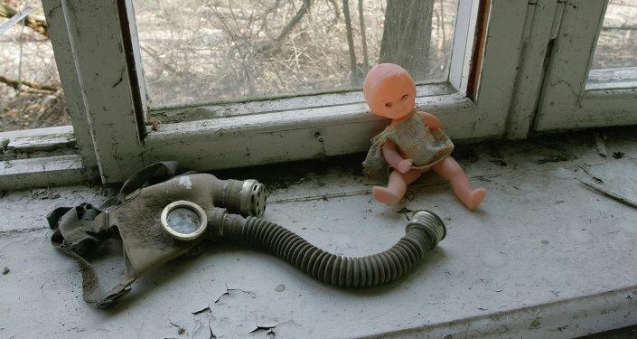 Кукла и противогаз на подоконнике в бывшем детском сад. Архивное фото