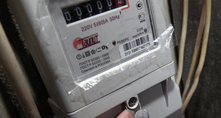 Электрик устанавливает современные электросчетчики. Архивное фото