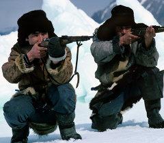 Охотники с ружьями. Архивное фото